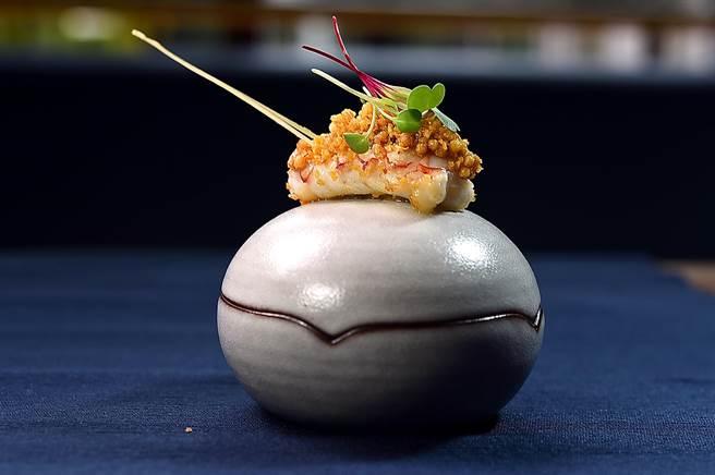 用蛋型碗呈現的〈角蝦. 干貝. 葡萄蝦〉,碗蓋上的角蝦是採「避風塘」做法,並裹上脆米粿增加口感。(圖/姚舜)