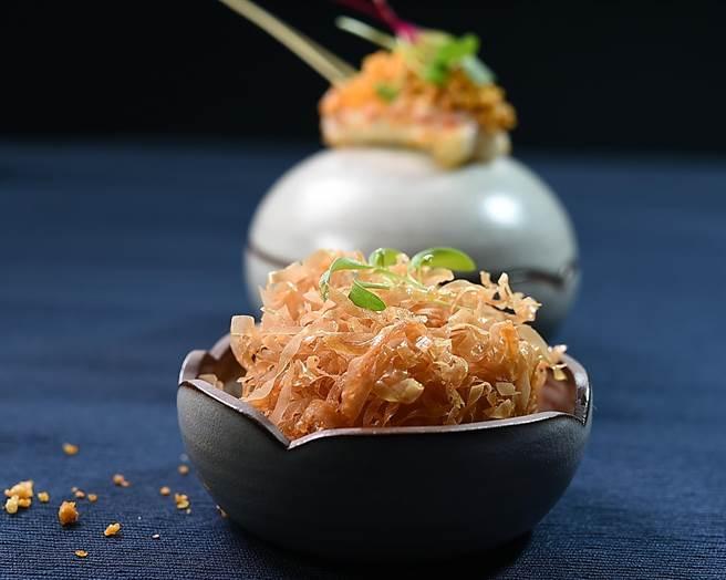 為做出「港式炸雲吞」的口感,〈角蝦. 干貝. 葡萄蝦〉蛋型碗中盛裝的「炸丸子」的外層是將比春捲還薄的Filo酥皮切成細條狀沾附在丸子上後酥炸。(圖/姚舜)