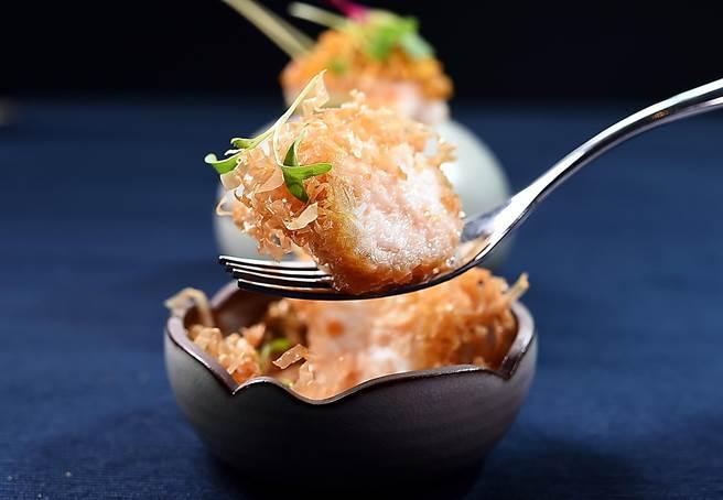 〈角蝦. 干貝. 葡萄蝦〉碗中「炸丸子」的丸子,是用新鮮干貝打成漿搭配葡萄蝦並沾附細條狀Filo餅皮做酥炸,吃食時可搭配泰式甜酸辣醬提味。(圖/姚舜)