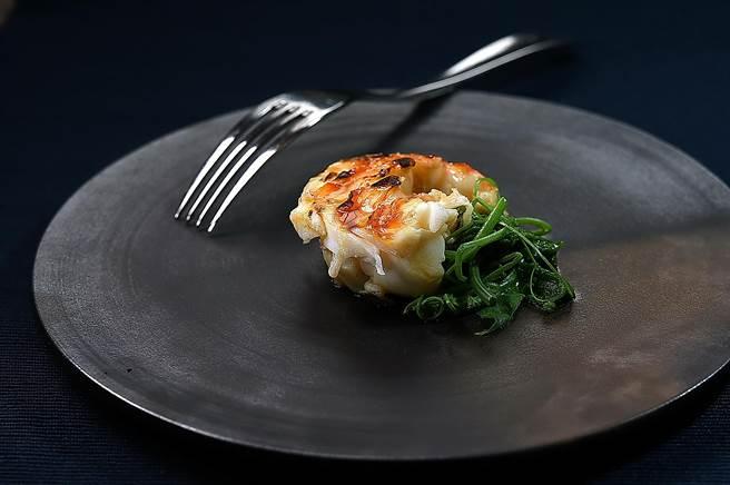 〈T+T〉的「 Johnny X Kei」雙廚四手聯烹餐會,客人如果不吃〈乳鴿〉,可以〈炭烤龍蝦〉替代。(圖/姚舜)