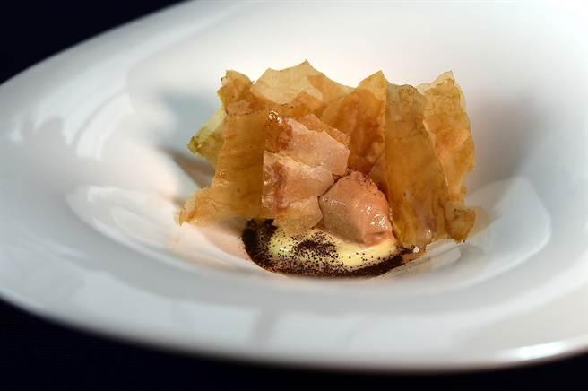 〈千層. 卡士達 .奶茶〉靈感來自港式「蛋塔」與「奶茶」,港式奶茶口味冰淇淋搭配蛋塔內餡,以及酥脆起酥皮。(圖/姚舜)