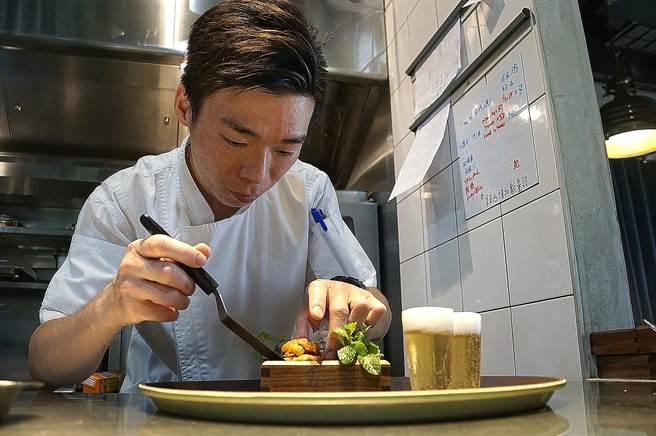 〈T+T〉新任港籍主廚Kei古俊基,曾在香港米其林二星餐廳〈Amber〉擔任廚房領班,並在二星〈Ecriture〉 餐廳任副主廚。(圖/姚舜)