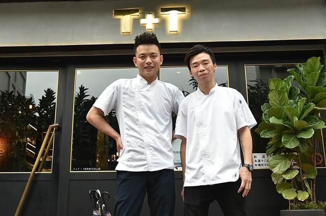 已入列「台北難訂位餐廳」的〈T+T〉主人兼主廚Johnny蔡元善(左),為了持續優化菜色水準與客人體驗,邀請曾在香港多家米其林餐廳歷練的Kei古俊基加入團隊擔任主廚。(圖/姚舜)