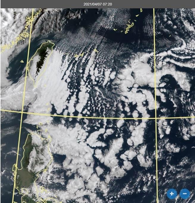 衛星雲圖上顯示,台灣東方海面上出現許多顆像珍珠形狀的雲,代表對流雲季節到了。(翻攝自 鄭明典FB)