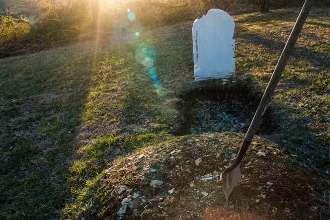 國外網友查看Google地圖時,發現奧瑞岡州一處草地上,出現兩個新挖的墳墓坑,而裡面還躺著待葬的屍體,但詭異的是,他們的身邊都未出現任何人,畫面非常的詭異。(示意圖/達志影像)