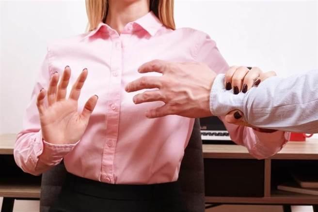 前南投縣一名約聘技工,對清境某民宿女員工襲胸強吻還稱「有飽足感」,被依強制猥褻罪判刑。(示意圖,達志影像/shutterstock)