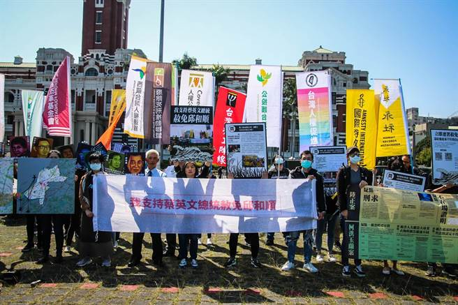 為替受冤的死刑犯邱和順平反,台灣人權促進會等救援團體今天帶著「邱和順被遺忘的32年」展品,與超過10萬人連署的特赦請求書,在總統府周邊沉默繞行。(圖由台權會提供)