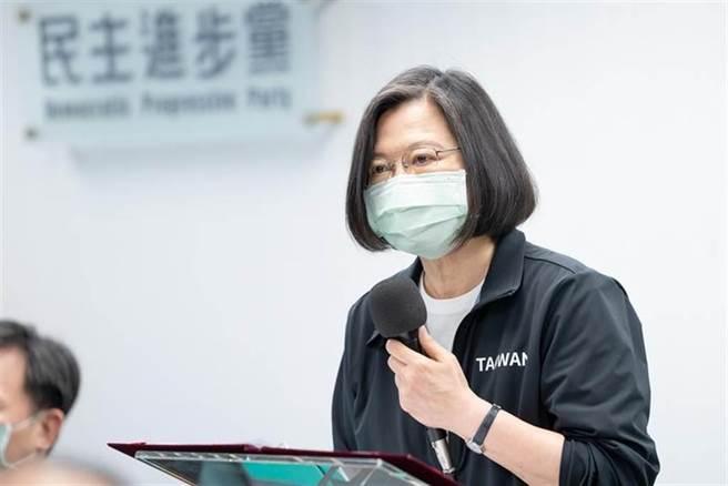 總統兼民進黨主席蔡英文,為台鐵太魯閣號意外默哀。(圖/民進黨提供)
