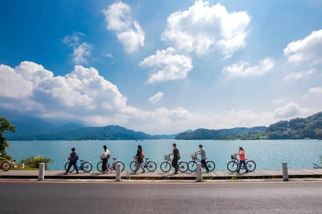 白天騎單車遊日月潭,無比愜意。(日管處提供/廖志晃南投傳真)