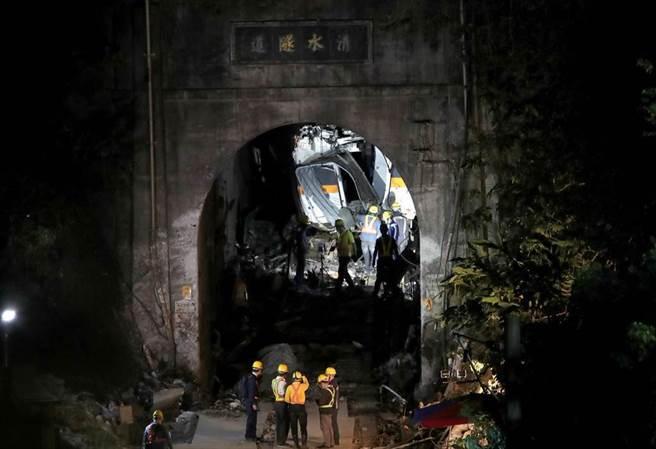 台鐵408列次太魯閣號2日出軌,圖為救難人員協力自狹小的隧道中拖出殘破的車體。(中時資料照/鄭任南攝)