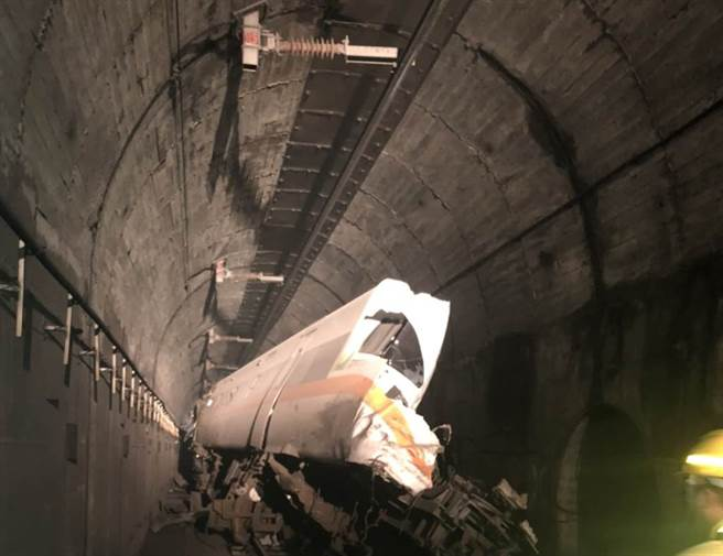 408列次太魯閣號2日出軌時,受工程車撞擊的車頭被拍下半邊遭削去,畫面怵目。(圖/民眾提供)