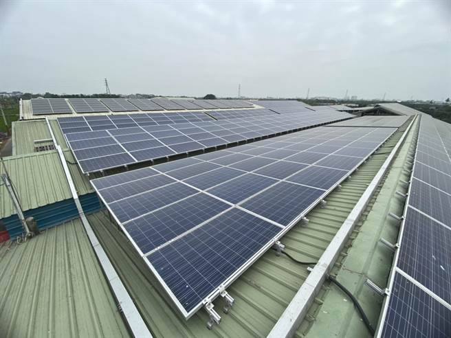 台南市佳里區禾香牧場牛舍屋頂裝設太陽能光電板,屋頂有專人維護,農場主可專心經營管理事業。(台南市農業局提供/劉秀芬台南傳真)