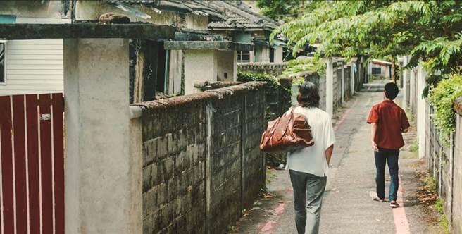 《亡命之途》劇照,內容描述豐川悅司與妻夫木聰逃亡到介壽新村的空屋裡躲藏。(圖/花蓮趣提供)