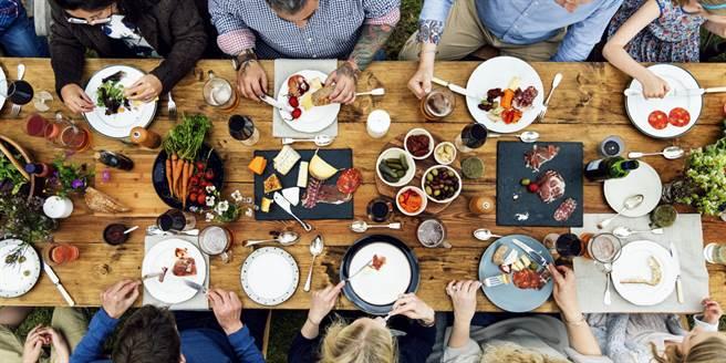何時一起吃飯,溫熱情感日常?(圖/shutterstock提供)