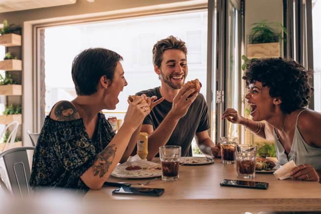 能跟喜歡的人一起吃吃喝喝,才不會辜負生命的美好!(圖/shutterstock提供)