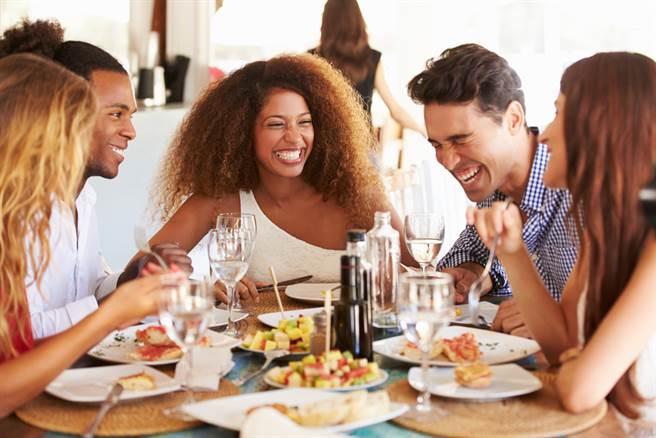 老朋友,一起吃飯吧!以青春為佐料的快樂食光最對味。(圖/shutterstock提供)