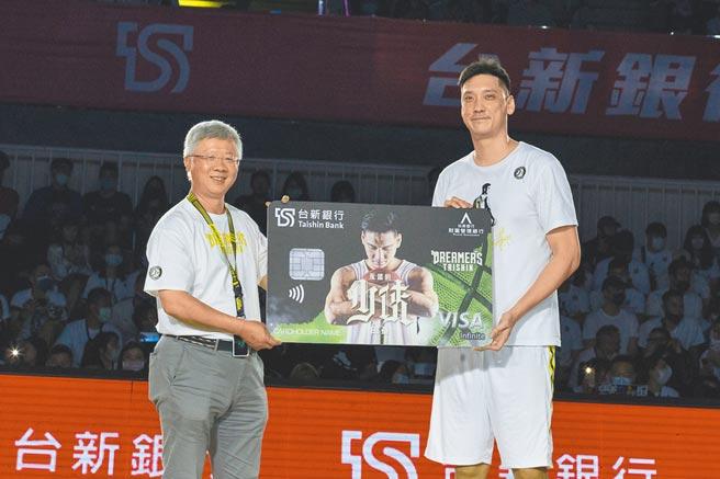 台新金控總經理林維俊(左)頒給特別為田壘設計專屬卡面的財富無限卡。圖/台新銀行提供