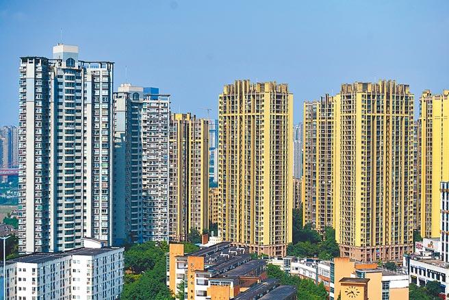 大陸各地房市調控持續強調「房住不炒」。圖為重慶主城區內的商品住宅高樓。(中新社)