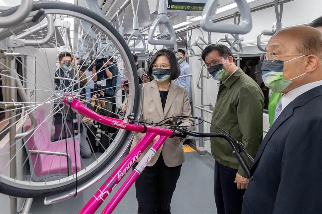 總統蔡英文(左起)、交通部長林佳龍、行政院長蘇貞昌,1日一同參觀台鐵的EMU900型電聯車。(圖/摘自蔡英文臉書)