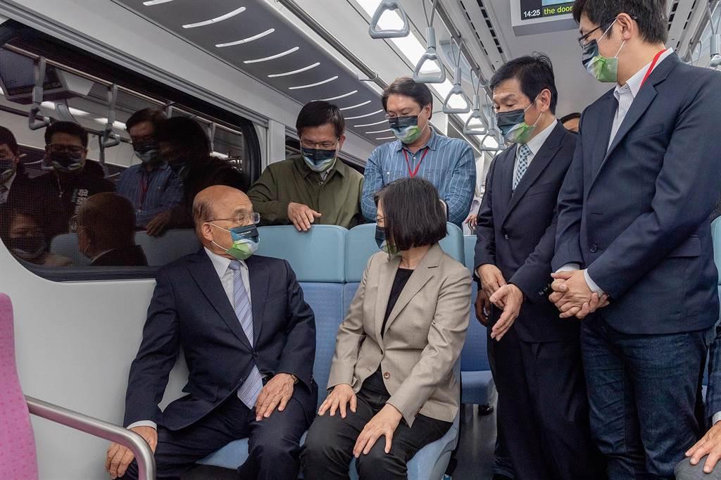 總統蔡英文1日試乘台鐵的EMU900型電聯車。(圖/摘自蔡英文臉書)