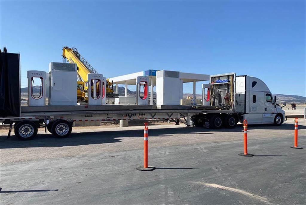 特斯拉超級充電站竟有「預鑄」工法:充電樁與電箱「整塊」運來,安裝設置一天搞定