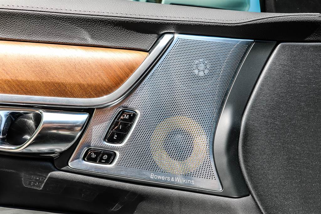 S90 T8 Inscription標準配備來自英國的Bowers&Wilkins高端音響系統帶來了更好的聲覺體驗,這要歸功於新功能,例如:升級的放大器、自動降噪功能以及新的模式設置,可以模仿Live現場演奏的環繞音場。另外,還新增了可以過濾PM 2.5的Clean Zone純淨車室。Clean Zone為Volvo獨門專為所有乘坐者打造最潔淨環境的功能,比一般的空氣清淨機更為高端,這套系統藉由專屬的IAQS 車室空氣品質監測系統監控,以及過濾裝置能阻絕灰塵、花粉…等進入車室,更能有效隔絕 PM2.5 達 90%,確保車室內的空氣品質比外界更純淨。
