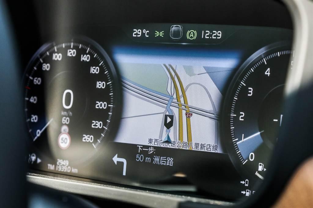 新版衛星導航具有比過去更詳盡的路線提示,不僅可在駕駛儀錶顯現,也包含了抬頭顯示器,提供清晰高解析度的讀取便利度。