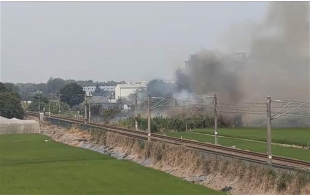 嘉義縣大林鎮緊鄰鐵軌的一處空地發生雜草火警,目前火車已採單線通行。(取自米蘭大林臉書社團/呂妍庭嘉義傳真)