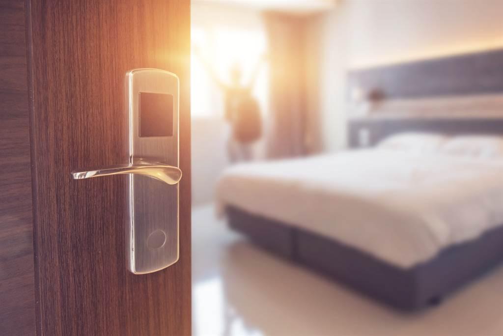 一名男子在訂房網發現一間家庭房型,一個晚上只要198元,他欣喜下訂卻接到飯店來電要他取消,網友看了也紛紛搖頭表示「不取消可以,但小心被陰」。(圖/示意圖,達志影像)