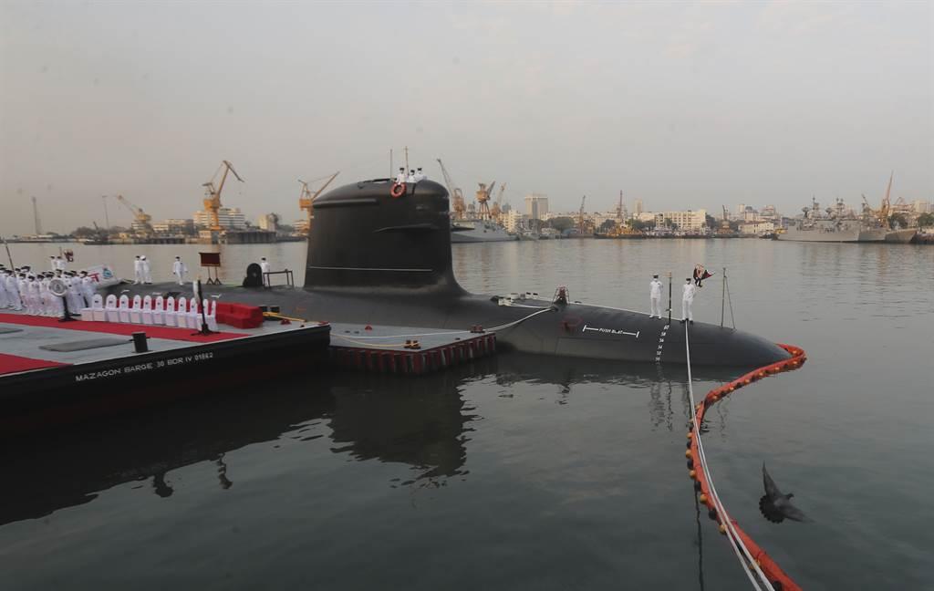 印度有意建造達24艘潛艦,對抗迅速擴張的大陸海軍。圖為印軍第3艘鮋魚級潛艦「鯨鯊號」服役。(圖/新華社)