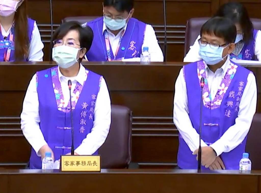 桃園市客家局長黃傅淑香(左)上任剛「滿周」,8日面臨工作報告,不少議員看在「老同事」份上,請副局長戴興達(右)代答。(蔡依珍攝)