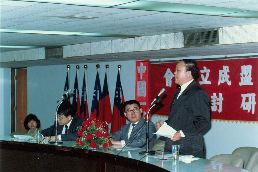 1990年,李勝峰在中華民國反共愛國聯盟成立大會暨國是建言研討會上致詞。(胡毓豪攝)