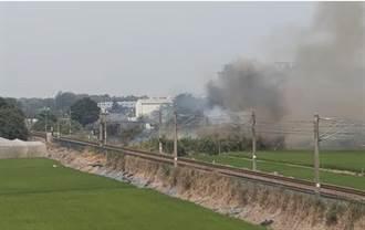 嘉義縣溪口鄉鐵軌旁火災 火車一度停駛 4列車受影響