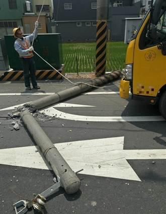 電線垂落遭雙向大貨車來回拉扯 電線桿竟折成兩段