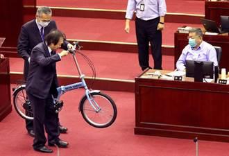 柯P施政报告 王世坚赠单车讽「市长不难专心市政而已」