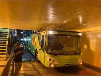 統聯闖地下道機車道車體削掉一半 上方就是台鐵軌道