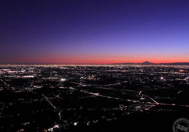 在筑波山上賞燈海夜景