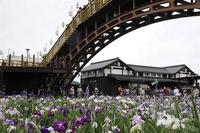 拱撟和古民居與菖浦花美妙結合成為潮萊菖浦祭的經典美