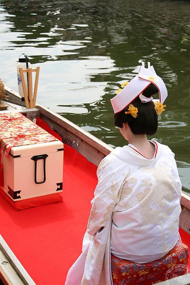搖櫓船巡遊水鄉12橋的新娘嫁娶儀式是菖莆祭的重頭戲