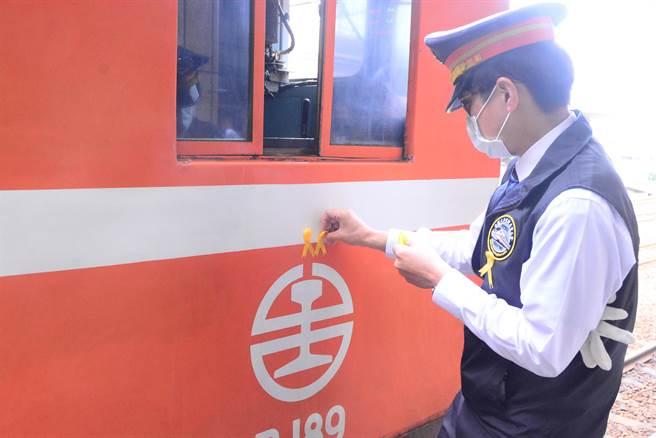 台鐵太魯閣號咧車事故頭七,司機員在胸前繫上黃絲帶、機車頭也貼上黃絲帶悼念殉職同仁。(王志偉攝)
