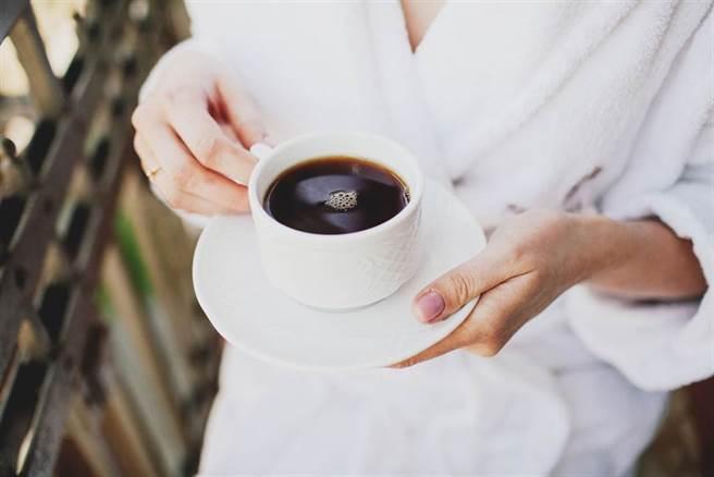 不加糖奶的黑咖啡與綠茶可降早死風險?專家點出關鍵。(示意圖/Shutterstock)