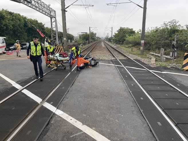 老翁疑因身體不適倒臥平交道,火車司機員機警煞車通報並下車協助。(民眾提供/何冠嫻苗栗報導)