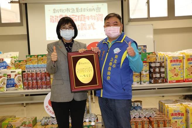 社會局長張錦麗頒贈感謝牌給新北市急難救助會理事長張基聖(右)(戴上容攝)