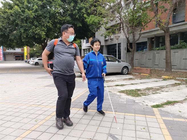 柯妤蓁的父親林廷宇,同時也是彰化縣政府教育處視障巡迴輔導組組長,他說妤蓁是太太與前夫所生,但他對妤蓁的愛不會輸給任何人。(吳建輝攝)