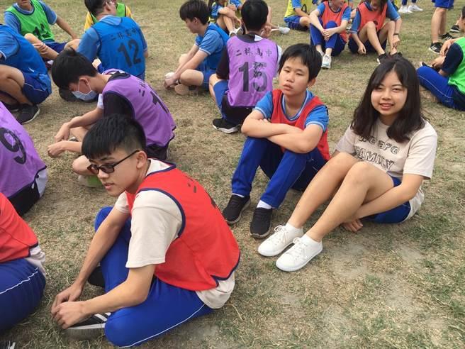 比賽當天柯妤蓁(左)在同班同學謝廷鈺(右)的幫助下,完成人生第一場大隊接力比賽。(周婉淑提供/吳建輝彰化傳真)