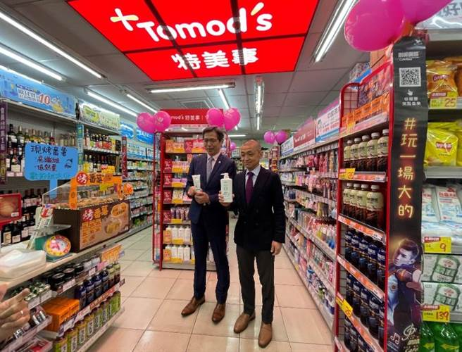 美廉社總經理邱光隆(左起)與Tomod's總經理水野博史一起出席三重文化北店開幕站台。(美廉社提供)