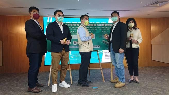 台南市長黃偉哲(米黃夾克者)與4家業者簽署台南市自動駕駛公車合作備忘錄。(程炳璋攝)