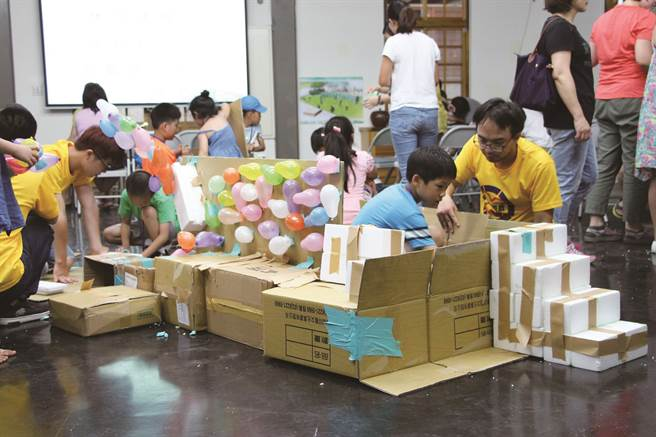 工作坊藉由簡易的材料,建構出孩子們心目中的遊戲場樣貌。(圖/台北市公園路燈工程管理處)