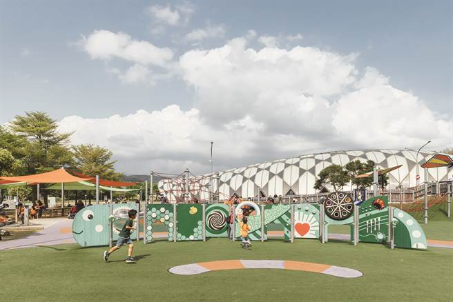舞蝶共融遊戲場以毛毛蟲意象做發想,設計了8 種不同玩法的造型遊戲牆。(攝影/林冠良)