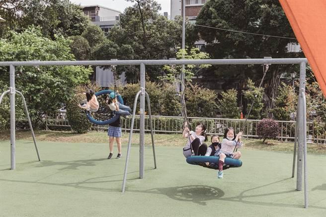 可供多人一起玩的鳥巢型鞦韆,讓所有人可以開心享受玩的樂趣。(攝影/林冠良)